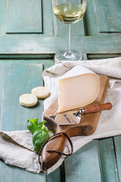 Assiette De Fromages Sur Nappe Photo Premium