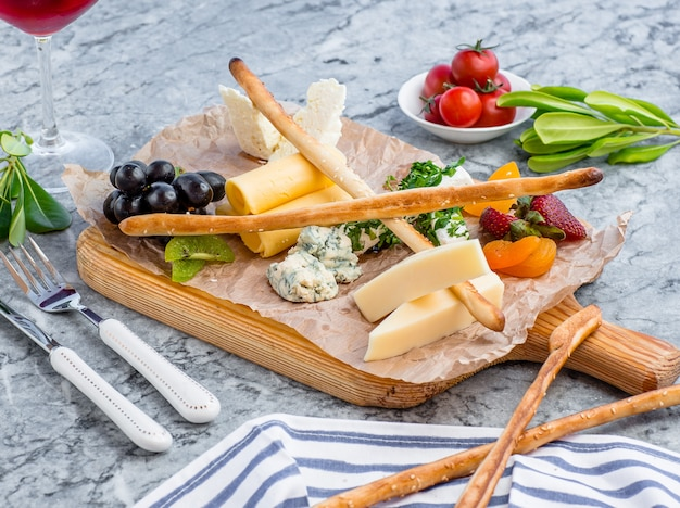 Assiette de fromages sur la table Photo gratuit