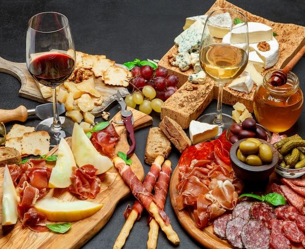 Assiette De Fromages à La Viande Froide Avec Saucisse Chorizo Salami, Prosciutto, Fromage Et Vin Photo Premium