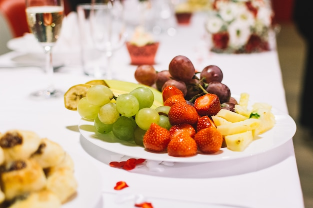Assiette de fruits lors d'une fête de mariage Photo gratuit