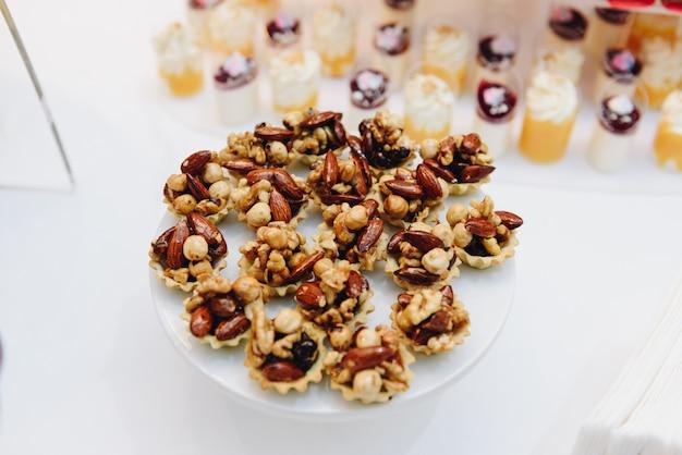 Une assiette de gâteaux aux noix tout en gros plan de la table Photo Premium