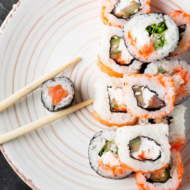 Assiette De Gros Plan Avec De Délicieux Sushis Photo gratuit