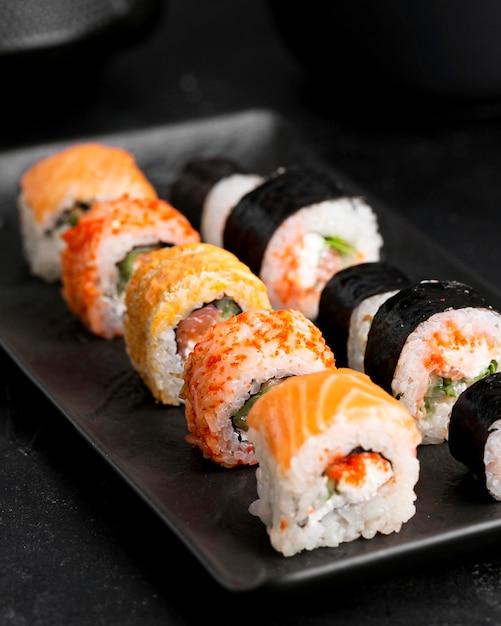Assiette Gros Plan Avec Sushi Photo gratuit