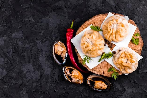 Assiette d'huîtres et boulettes avec espace de copie Photo gratuit