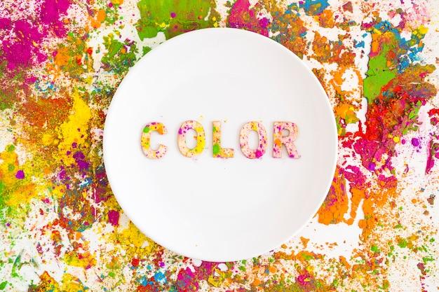 Assiette avec inscription couleur sur couleurs vives et sèches Photo gratuit