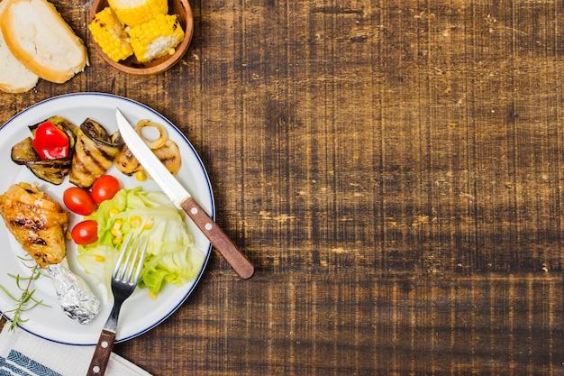 Assiette avec des légumes crus et du pain Photo gratuit