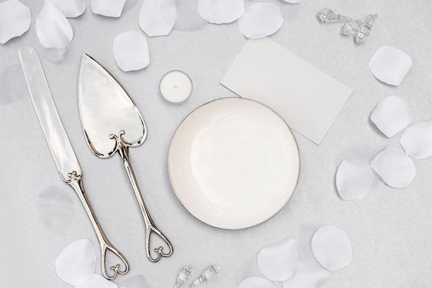 Assiette De Mariage Vue De Dessus Avec Des Couverts Photo gratuit
