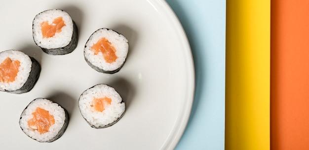 Assiette Minimaliste Avec Gros Plan De Rouleaux De Sushi Photo gratuit