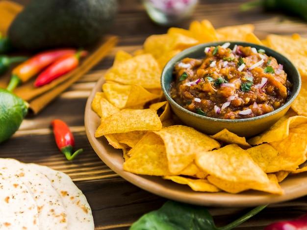Assiette De Nachos Avec Trempette De Salsa Photo gratuit