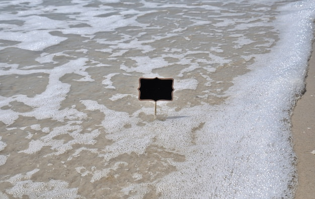 Assiette noire vide au bord de la mer Photo Premium
