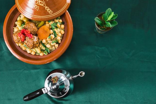 Assiette Avec De La Nourriture Près De Tasse De Boisson Et Théière Photo gratuit