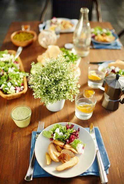 Assiette avec de la nourriture Photo gratuit