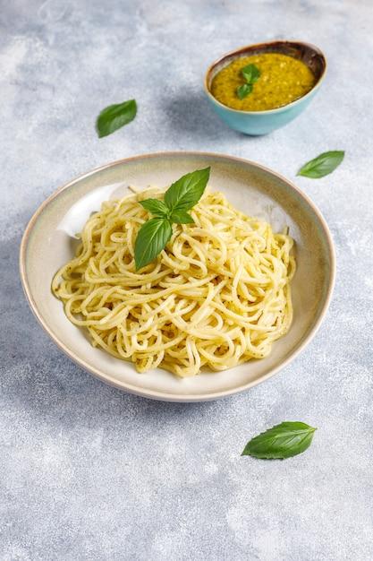 Assiette De Pâtes Avec Sauce Pesto Maison Photo gratuit