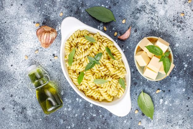 Assiette De Pâtes Avec Sauce Pesto Maison. Photo gratuit