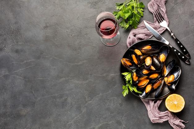 Assiette plate de moules cuites avec espace de copie Photo gratuit