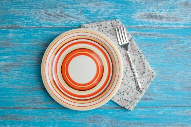 Assiette à rayures sur fond de bois Photo Premium