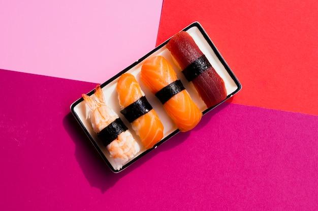 Assiette rectangulaire avec sushi Photo gratuit