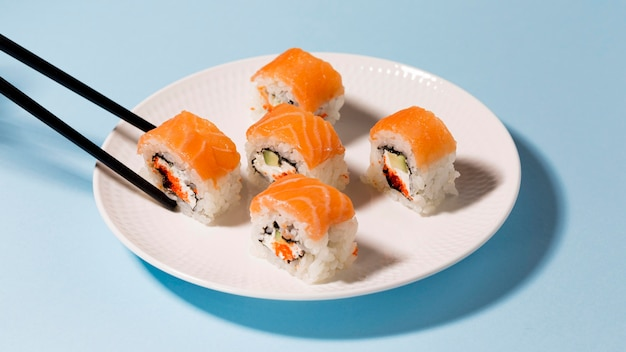 Assiette Avec Rouleaux De Sushi Photo gratuit