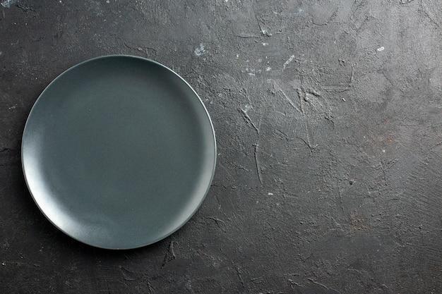 Assiette De Salade Noire Vue De Dessus Sur Une Surface Noire Avec Place De Copie Photo gratuit