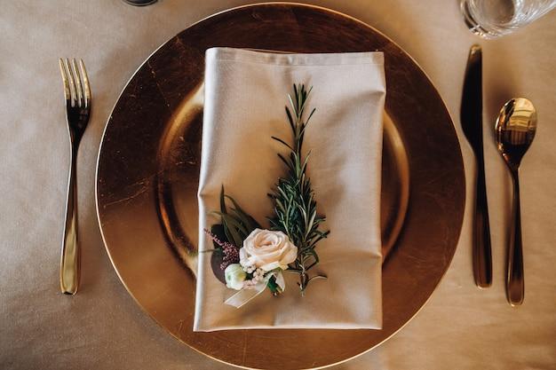 Assiette De Table Avec Feuille De Pin Et Rose Sur Serviette Photo gratuit