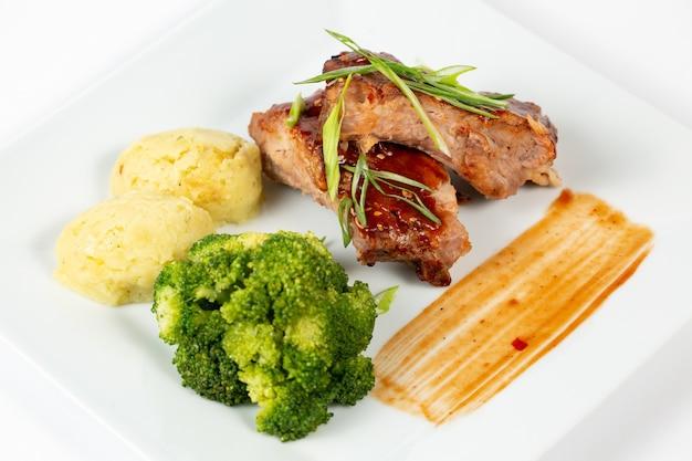 Assiette De Viande Avec Sauce Barbecue Purée De Pommes De Terre Et Brocoli Photo gratuit