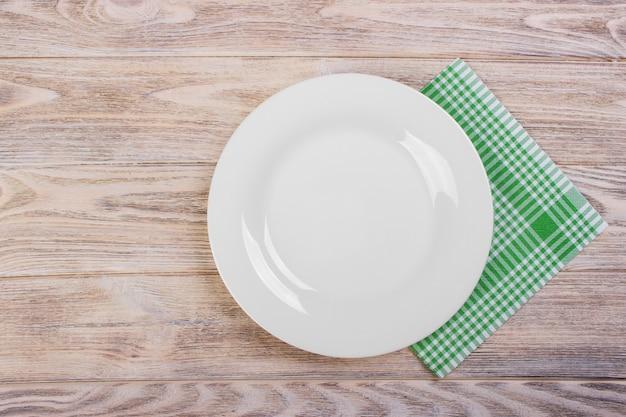 Assiette vide avec serviette de table sur une table en bois grise Photo Premium