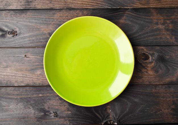 Assiette vide sur une table en bois. vue de dessus Photo Premium