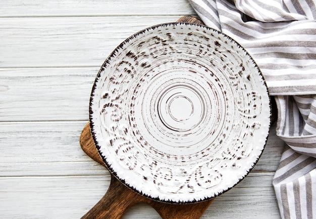 Assiette Vide Sur Une Table En Bois Photo Premium