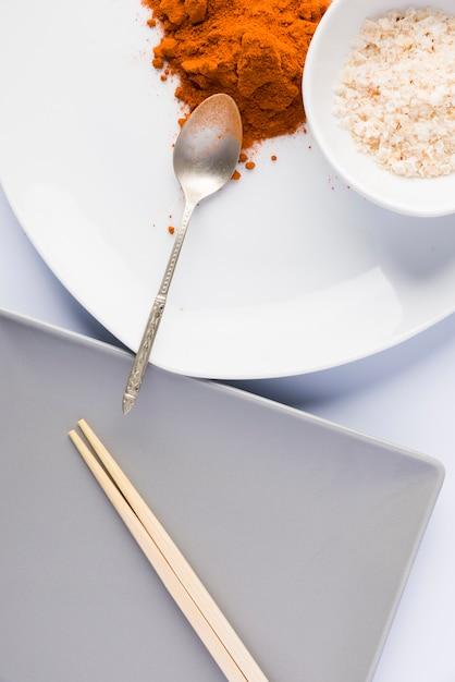 Assiettes Aux épices Et Assiette à Baguettes Photo Premium