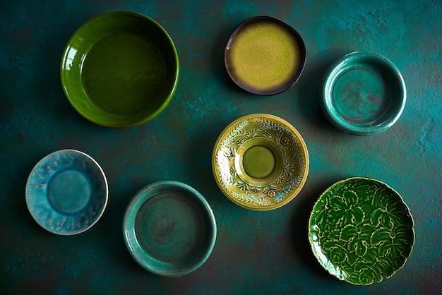 Assiettes en céramique vaisselle sur grungy Photo Premium