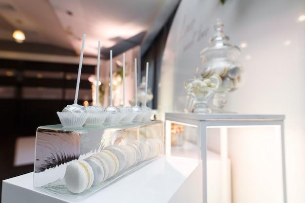 Assiettes Avec Cupcakes Et Guimauve. Candy Bar Sur L'anniversaire Ou La Fête De Mariage Isolé. Bonbons Sur La Table De Fête Se Bouchent Photo Premium