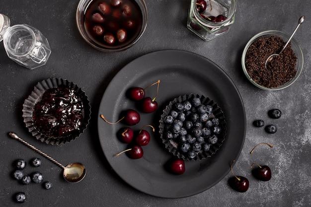 Assiettes De Dessus Avec Des Bleuets Et Des Cerises Photo gratuit
