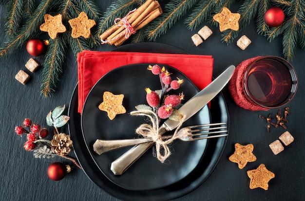 Assiettes Noires Et Couverts Vintage Avec Décorations De Noël Photo Premium