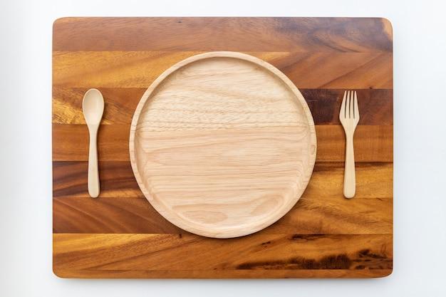 Assiettes Rondes En Bois D'hévéa Aux Couleurs Naturelles, Polies Et Laquées, Placées Sur Un Hachoir En Bois D'acacia Photo Premium