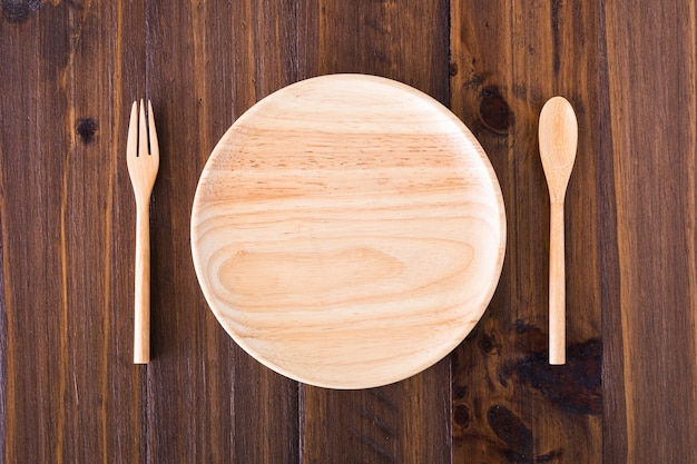 Assiettes, ustensiles en bois Photo Premium