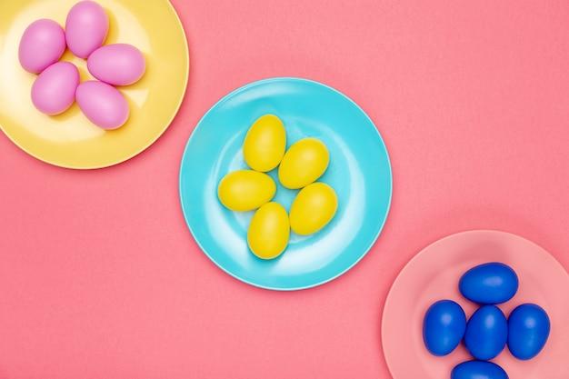 Assiettes Vue De Dessus Avec Des œufs Colorés Photo gratuit