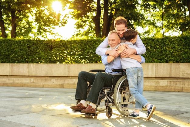 Assistance Aux Personnes Handicapées. Relations De Famille. Photo Premium