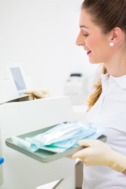 Assistant avec des outils de dentiste stériles Photo Premium