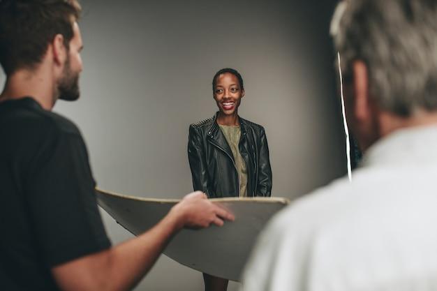Assistante Photographe Tenant Un Réflecteur Photo Premium