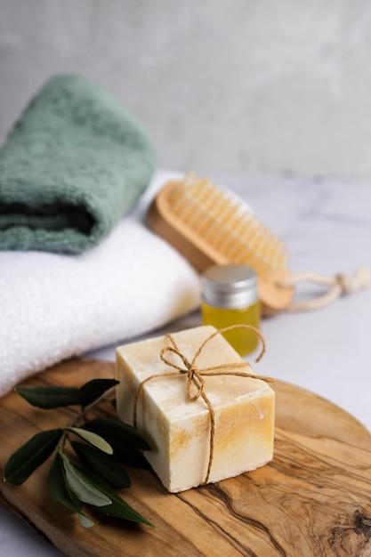 Assortiment de bain à angle élevé avec peu de savon Photo gratuit
