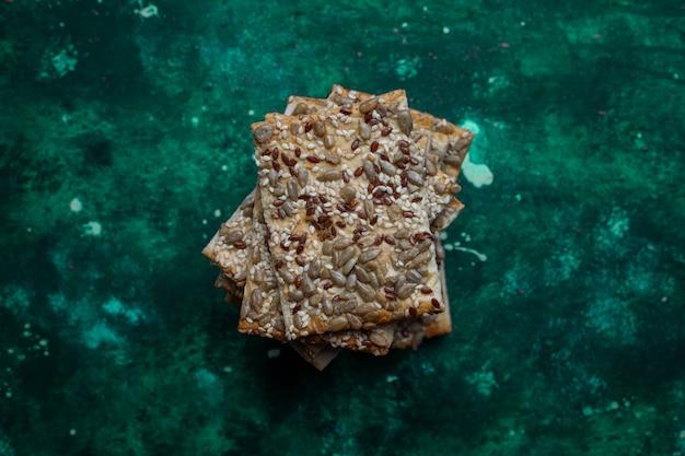 Assortiment de biscuits salés tiré du haut sur coloré avec copie. mélange de collations salées Photo gratuit