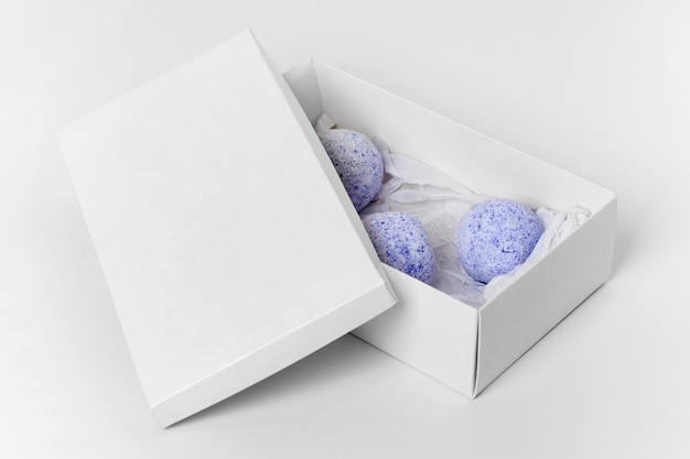 Assortiment De Bombes De Bain Bleu Sur Fond Blanc Photo gratuit