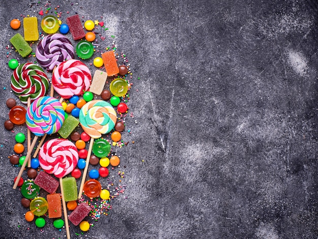 Assortiment de bonbons colorés et sucettes Photo Premium