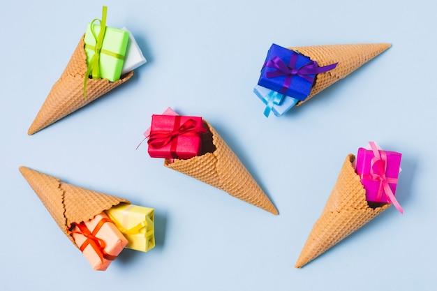 Assortiment de cadeaux colorés dans des cornets de crème glacée Photo gratuit