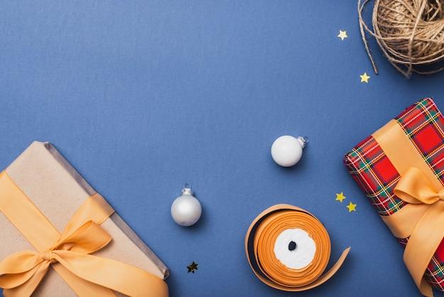 Assortiment de cadeaux de noël et de globes Photo gratuit