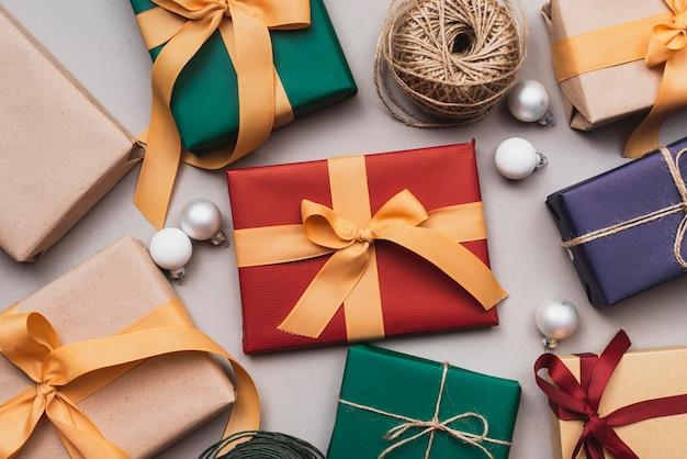 Assortiment De Cadeaux Pour Noël Et Ficelle Photo gratuit