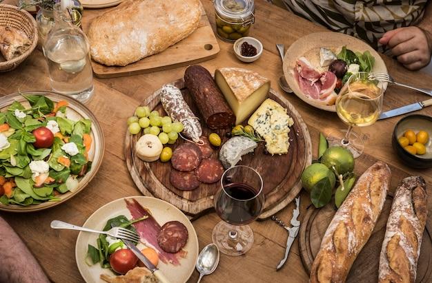 Assortiment de charcuterie et plateau de fromages, idée de recette de photographie Photo Premium