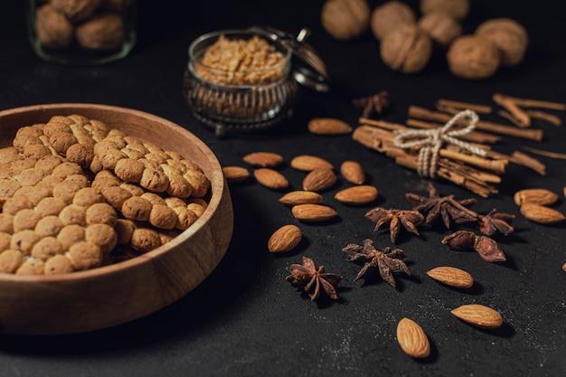 Assortiment de collations avec noix et biscuits Photo gratuit