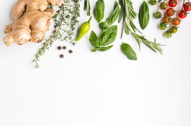 Assortiment de condiments sur une table avec un espace de copie Photo gratuit