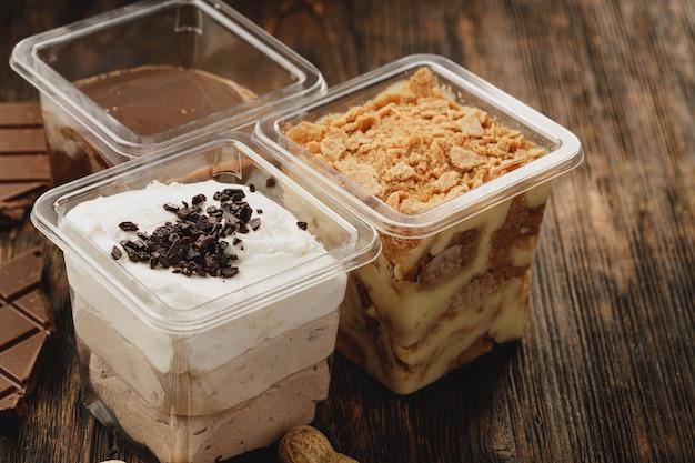 Assortiment De Délicieuses Boîtes à Dessert Sur Table En Bois Photo Premium